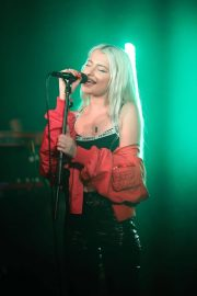 Alice Chater Performs at a Concert in London 2018/07/19 7