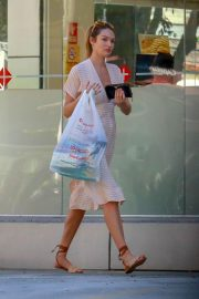 Candice Swanepoel Out Shopping in Victoria 2018/04/17 5