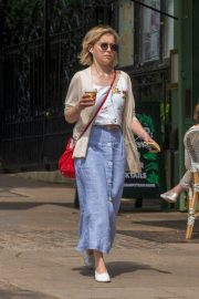 Emilia Clarke Out for a Coffee in London 2018/07/05 9