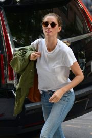 Gisele Bundchen  Arrivies at Her Home in New York 2018/06/26 4