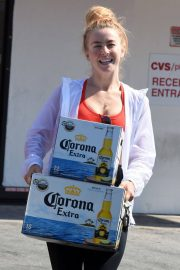 Julianne Hough Buying a Boxes of Beer in Studio City 2018/07/04 3