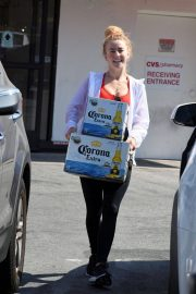 Julianne Hough Buying a Boxes of Beer in Studio City 2018/07/04 7