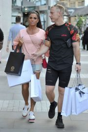 Katie Price and Kris Boyson Shopping at Harvey Nichols and Selfridges in Manchester 2018/07/28 12