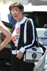 Kris Jenner Shopping at Topanga Mall in Los Angeles 2018/06/13 4