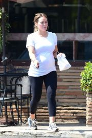 Pregnant Hilary Duff Leaves a Bakery in Los Angeles 2018/07/27 8
