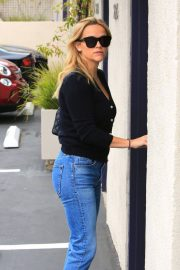 Reese Witherspoon in Jeans Out in Los Angeles 2018/05/24 1