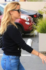 Reese Witherspoon in Jeans Out in Los Angeles 2018/05/24 4