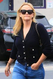 Reese Witherspoon in Jeans Out in Los Angeles 2018/05/24 10