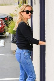 Reese Witherspoon in Jeans Out in Los Angeles 2018/05/24 12