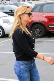 Reese Witherspoon in Jeans Out in Los Angeles 2018/05/24 13