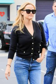 Reese Witherspoon in Jeans Out in Los Angeles 2018/05/24 16