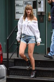 Taylor Swift in Denim Shorts Leaves Her Apartment in New York 2018/07/22 11