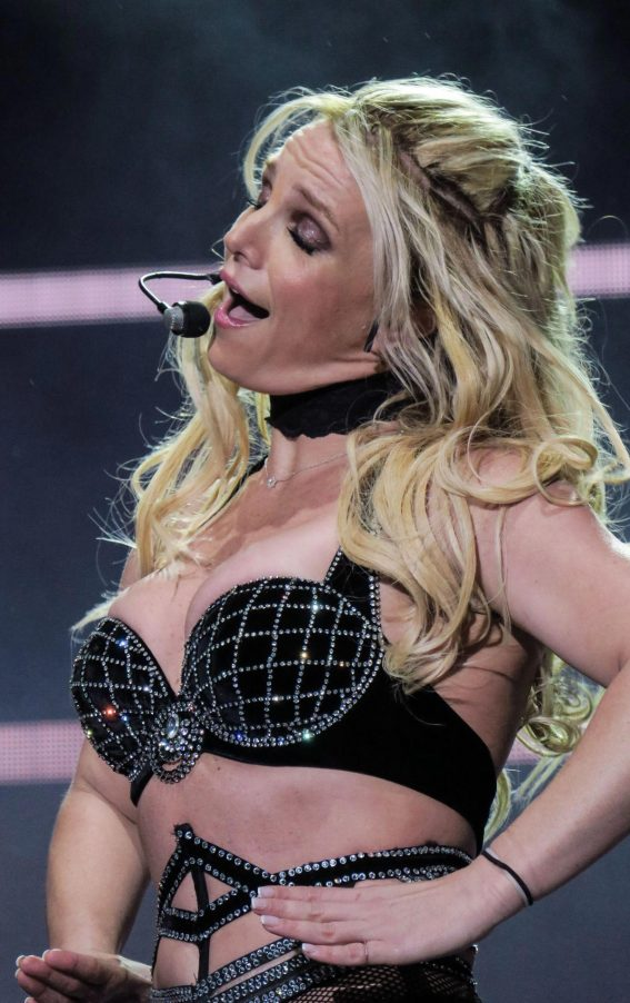 Britney Spears Performs at the Open Air Theatre in Scarborough 2018/08/17 1