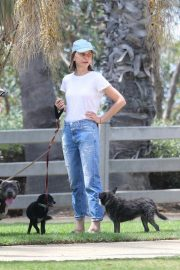 Calista Flockhart Out with Her Dogs in Santa Monica 2018/08/20 3