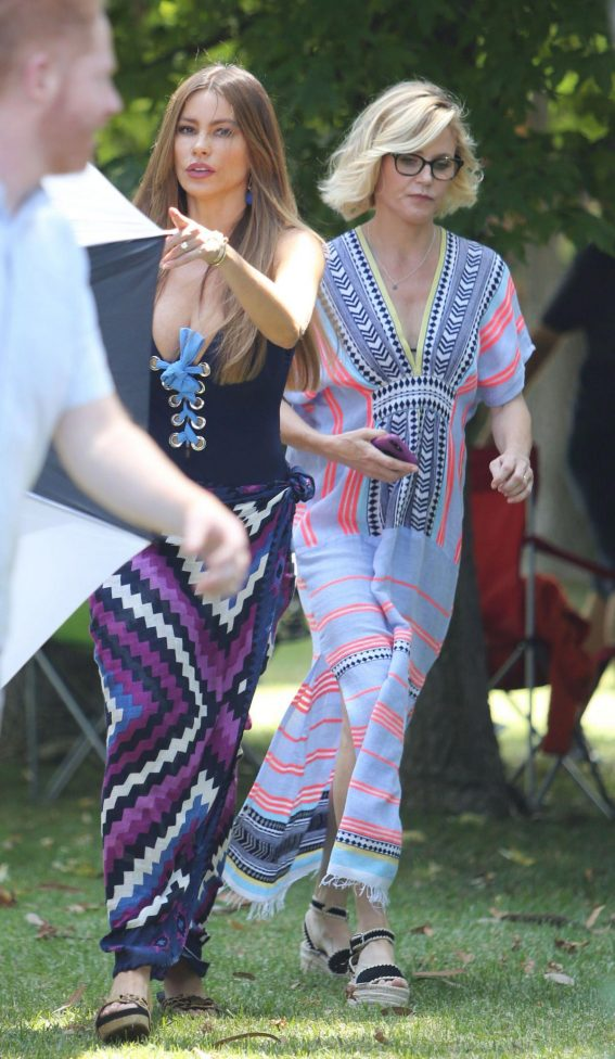 Julie Bowen and Sofia Vergara on The Set of Modern Family in Brentwood 2018/08/16 1