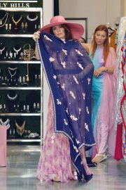 Lisa Vanderpump Shopping for a Sarong in Beverly Hills 2018/08/11 1