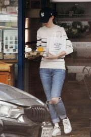 Rose Leslie Getting a Coffee and Breakfast in London 2018/08/13 2