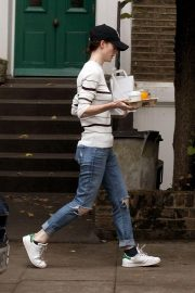 Rose Leslie Getting a Coffee and Breakfast in London 2018/08/13 4
