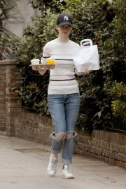 Rose Leslie Getting a Coffee and Breakfast in London 2018/08/13 6