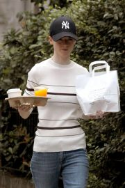 Rose Leslie Getting a Coffee and Breakfast in London 2018/08/13 7