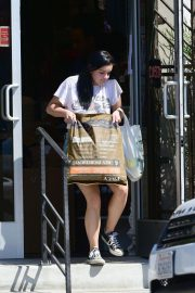 Ariel Winter Shopping for Pet Food and Supplies in Los Angeles 2018/09/08 5