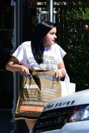 Ariel Winter Shopping for Pet Food and Supplies in Los Angeles 2018/09/08 9
