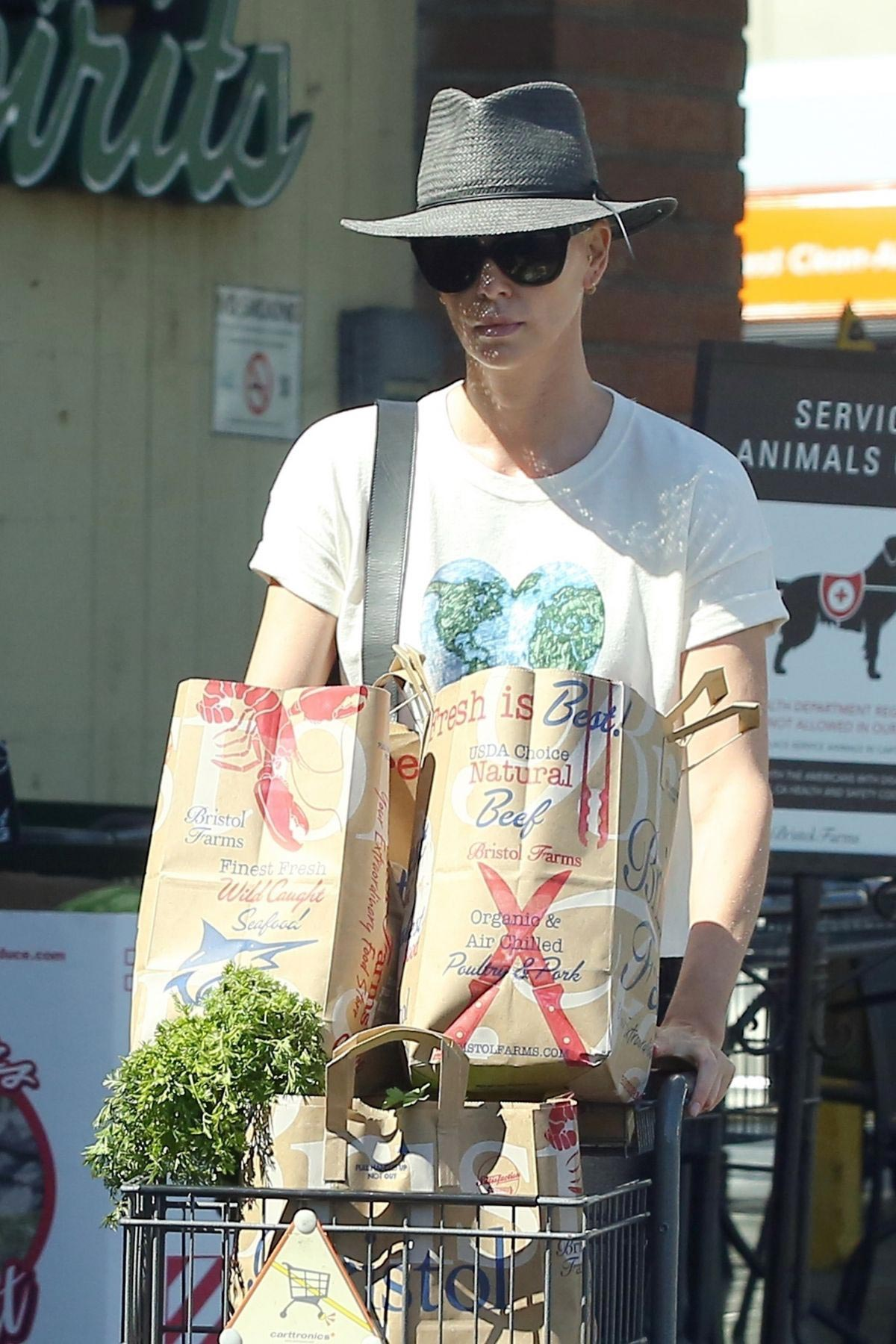 Charlize Theron Shopping at Bristol Farms in Los Angeles 2018/09/09 1