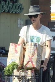 Charlize Theron Shopping at Bristol Farms in Los Angeles 2018/09/09 3