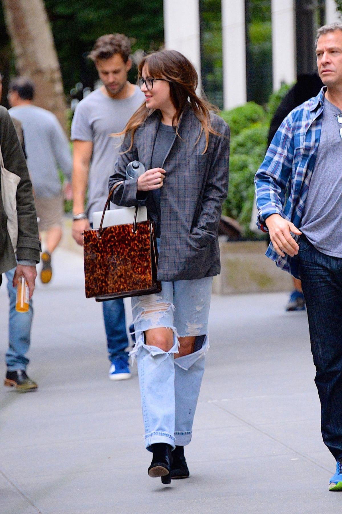 Dakota Johnson in Ripped Jeans Out in New York 2018/09/28 1
