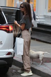 Emily Ratajkowski Out with Her Dog in New York 2018/09/13 1
