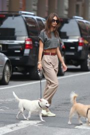 Emily Ratajkowski Out with Her Dog in New York 2018/09/13 3