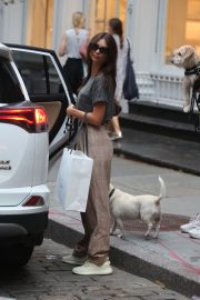 Emily Ratajkowski Out with Her Dog in New York 2018/09/13 4