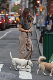 Emily Ratajkowski Out with Her Dog in New York 2018/09/13 8