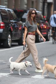 Emily Ratajkowski Out with Her Dog in New York 2018/09/13 9