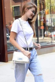 Gigi Hadid in Ripped Jeans Leaves Her Apartment in New York 2018/09/06 1