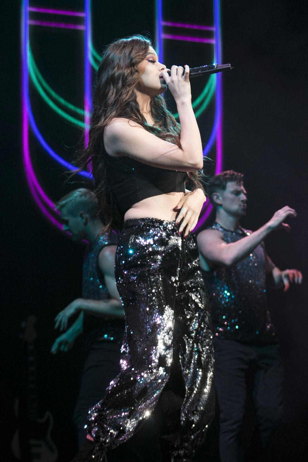 Hailee Steinfeld Performs at Voicenotes Tour in Tampa 2018/08/31 1