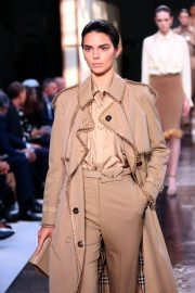 Kendall Jenner at Burberry Runway Show at LFW in London 2018/09/17 9