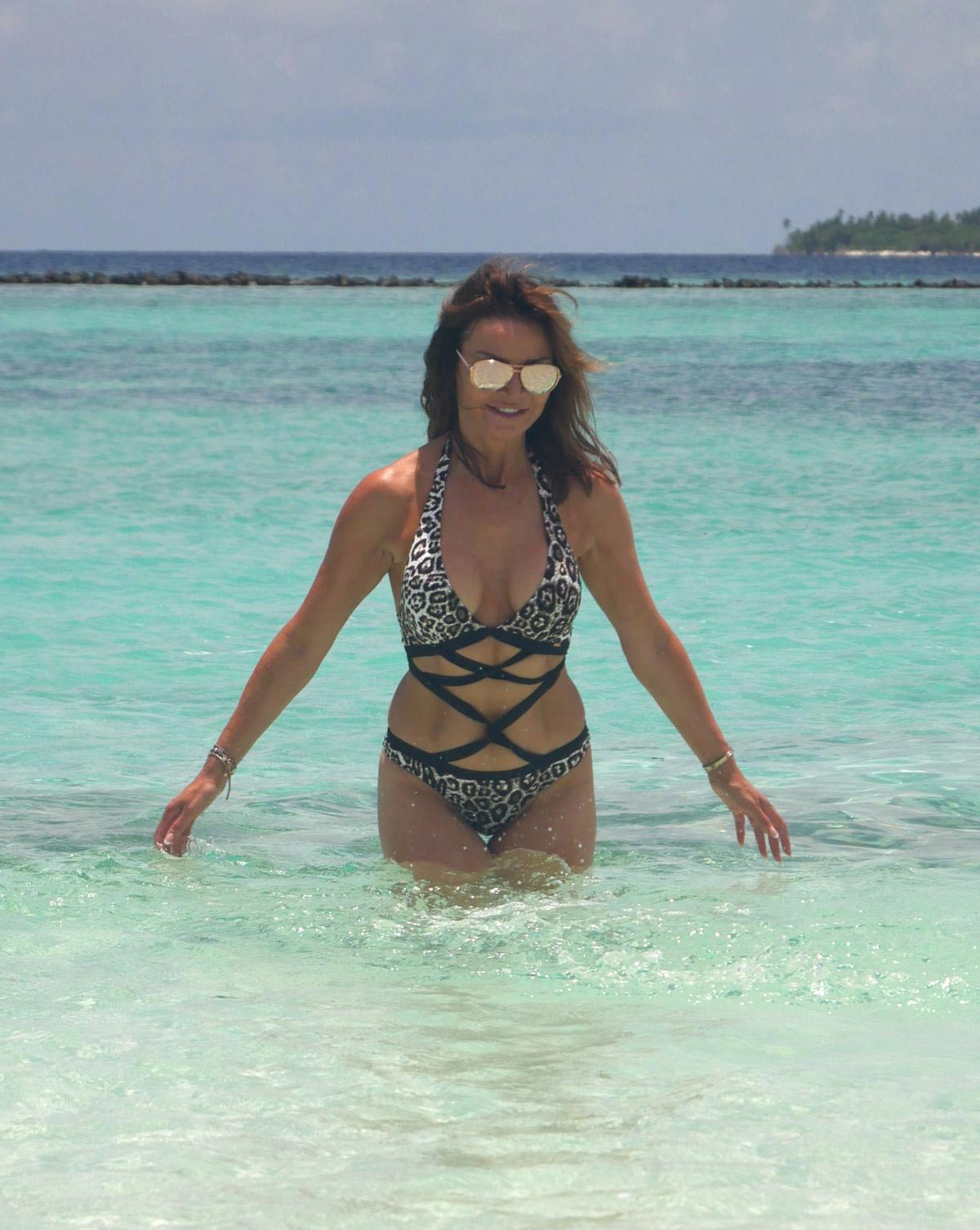 Lizzie Cundy in Swimsuit on the Beach in Maldives 2018/09/08 1