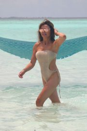 Lizzie Cundy in Swimsuit on the Beach in Maldives 2018/09/08 3