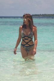 Lizzie Cundy in Swimsuit on the Beach in Maldives 2018/09/08 4