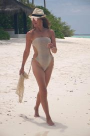 Lizzie Cundy in Swimsuit on the Beach in Maldives 2018/09/08 6