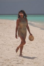 Lizzie Cundy in Swimsuit on the Beach in Maldives 2018/09/08 7