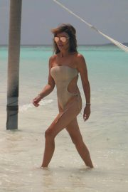 Lizzie Cundy in Swimsuit on the Beach in Maldives 2018/09/08 11