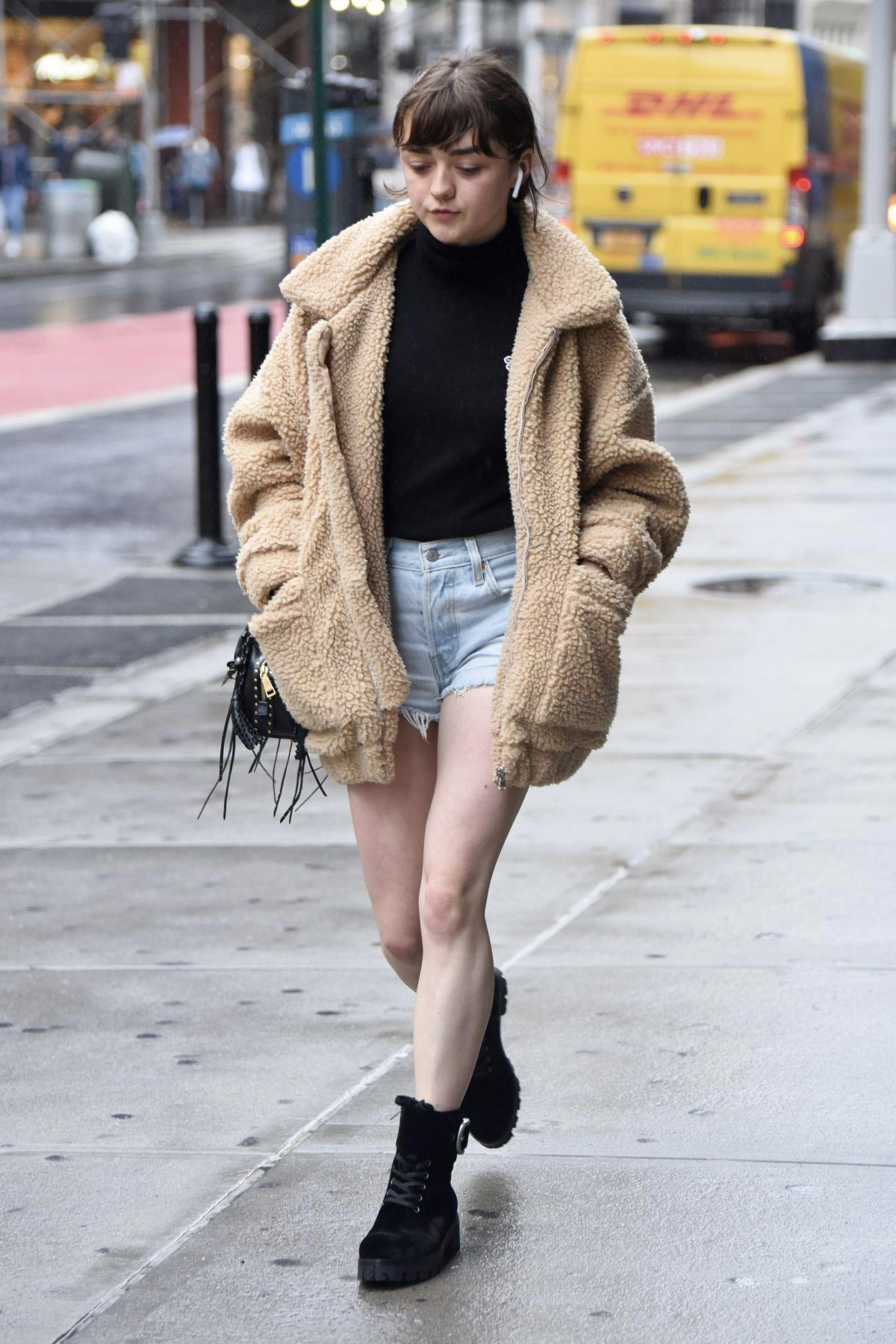 Maisie Williams in Denim Shorts Out in New York 2018/09/10 1
