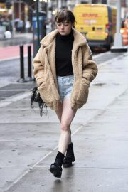 Maisie Williams in Denim Shorts Out in New York 2018/09/10 6