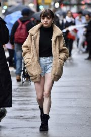 Maisie Williams in Denim Shorts Out in New York 2018/09/10 7
