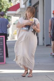 Pregnant Hilary Duff Out for Frozen Fruit Cup in Los Angeles 2018/09/10 2