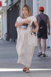 Pregnant Hilary Duff Out for Frozen Fruit Cup in Los Angeles 2018/09/10 5