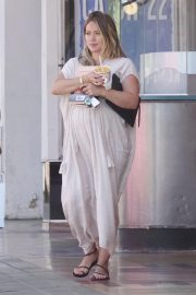 Pregnant Hilary Duff Out for Frozen Fruit Cup in Los Angeles 2018/09/10 6