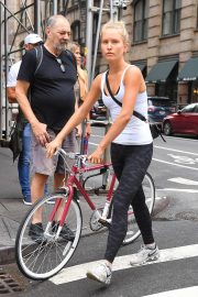 Sailor Brinkley Cook Out with Her Bike in New York 2018/09/12 1